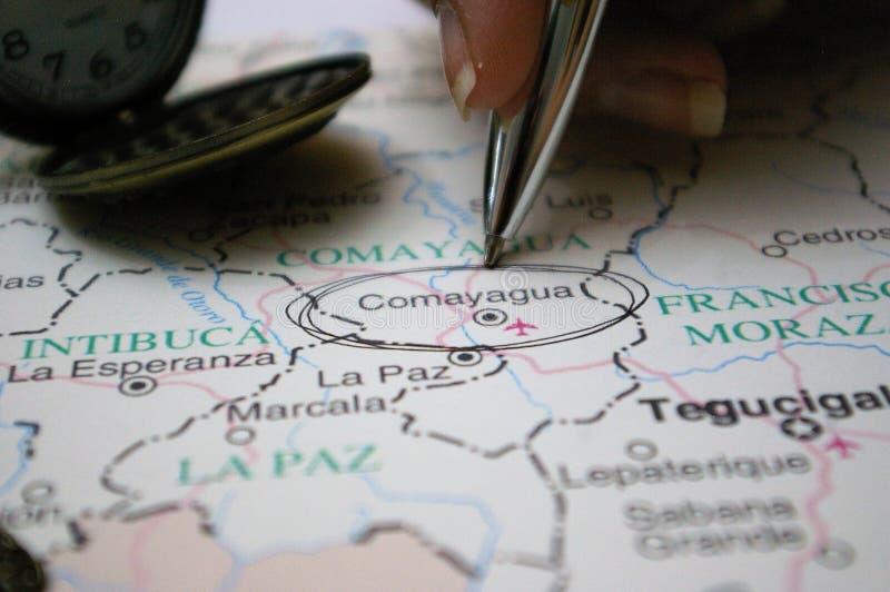 Sperren Sie das Zeigen auf eine Karte einer Honduras-Stadt Comayagua ein stockbilder