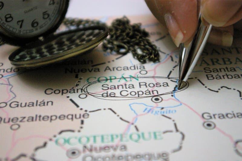 Sperren Sie das Zeigen auf eine Karte einer Honduras-Stadt Santa Rosa de Copan ein stockbild