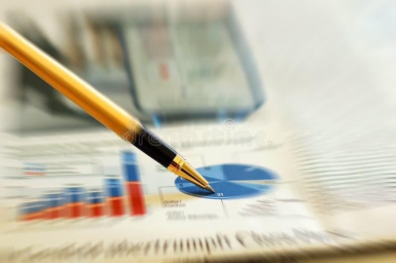Sperren Sie das Zeigen des Diagramms auf Finanzreport/Zeitschrift ein stockfotos
