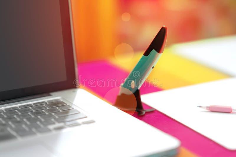 Sperren Sie Mäuseelektrische Blaue und Stand- und Notizbuchauflage ein stockfotos