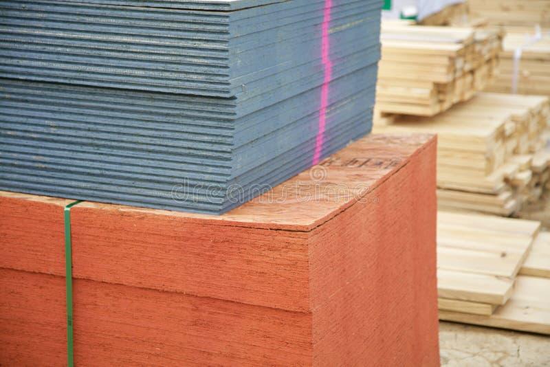 Sperrholz auf einer Baustelle lizenzfreies stockbild