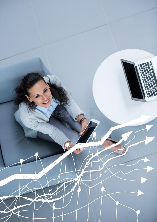 Spese generali della donna di affari che si siedono con il grafico bianco fotografia stock