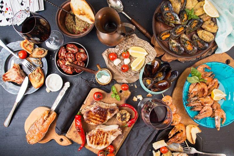 Spese generali della tavola di cena Arrostito delizioso assortito mi arrostisce col barbecue fotografia stock