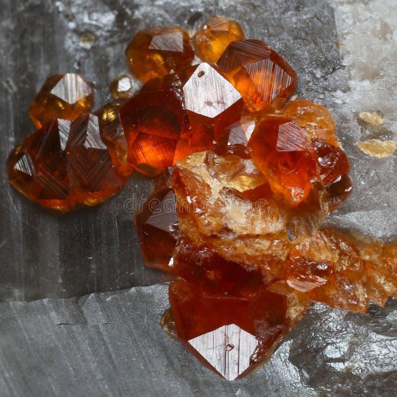 Spessartine garnets kryształy na Dymiącej kwarc zdjęcie stock