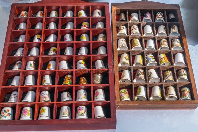 Spetsar för finger för antikt fingerbeskyddande justerbara för att sy arkivbild