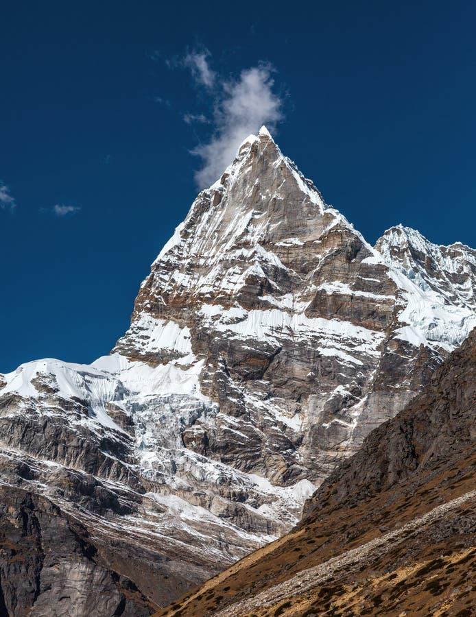 Spetsigt bergmaximum för kors i Nepal Himalaya arkivbild