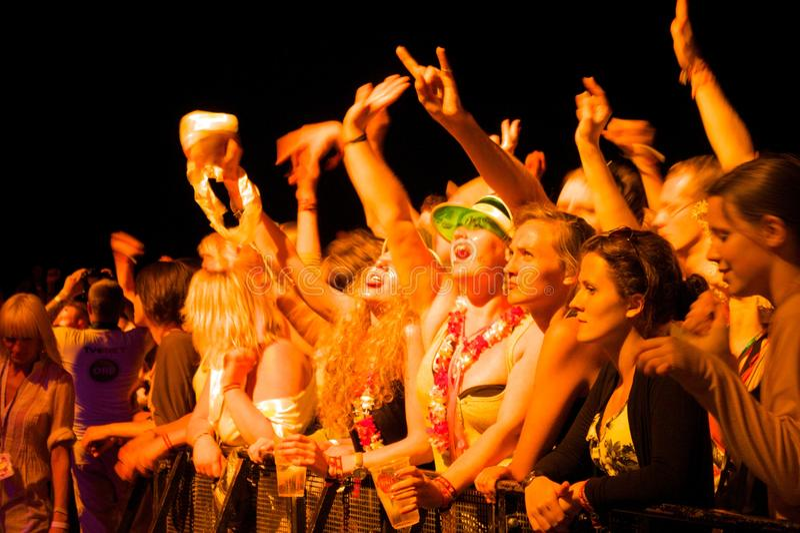 Spettacolo dal vivo godente pubblico del gruppo UNKLE sul palco immagini stock