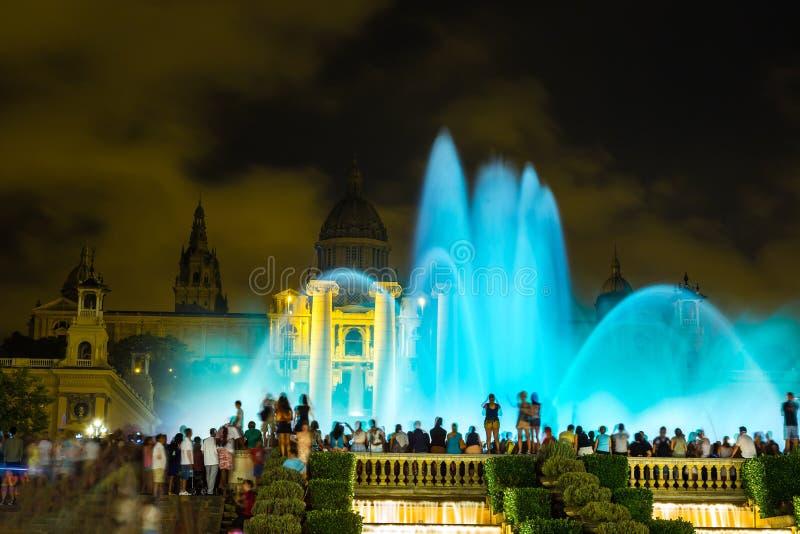 Spettacolo di luci magico della fontana a Barcellona immagine stock libera da diritti