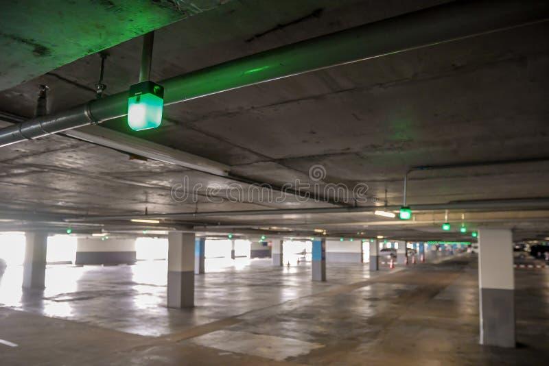 Spettacolo di luci per lo spazio libero vuoto del parcheggio dell'automobile fotografia stock libera da diritti