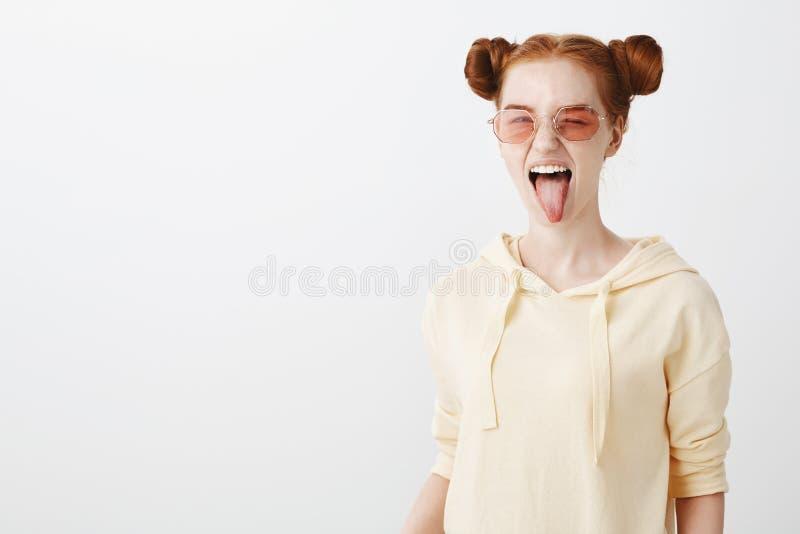 Spettando a tutte le tendenze relative all'industria della moda Ritratto della ragazza attraente fresca della testarossa con tagl fotografia stock libera da diritti