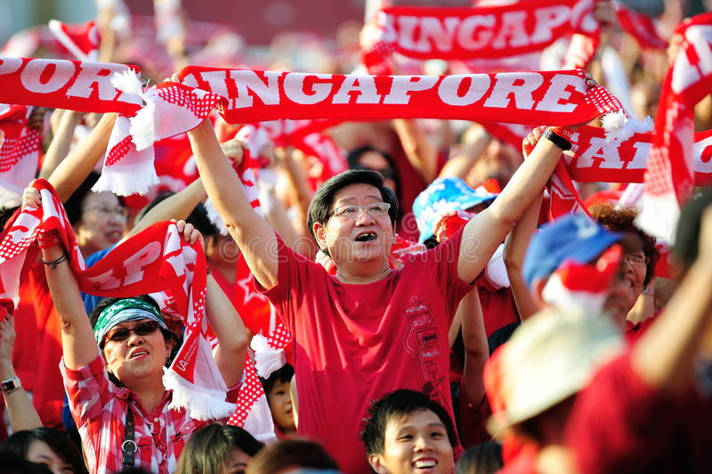 Spettatori che fluttuano le sciarpe di Singapore durante il NDP 201 immagini stock