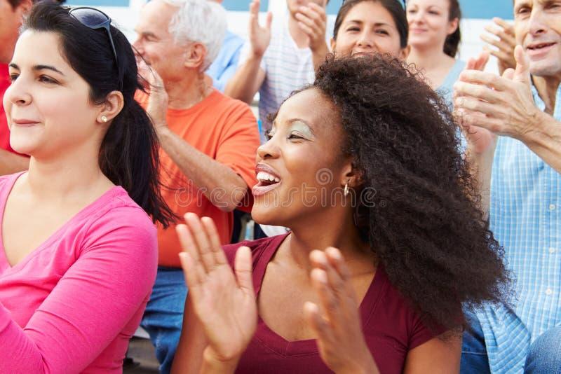 Spettatori che incoraggiano all'evento di sport all'aperto immagine stock libera da diritti