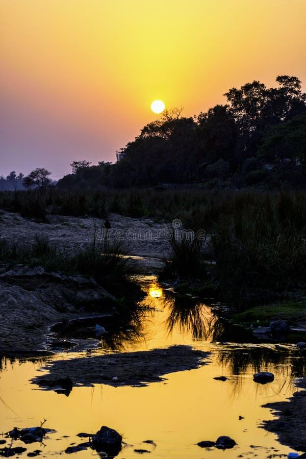 Spettro di colori di tramonto nel cielo e riflessione su acqua fotografia stock libera da diritti