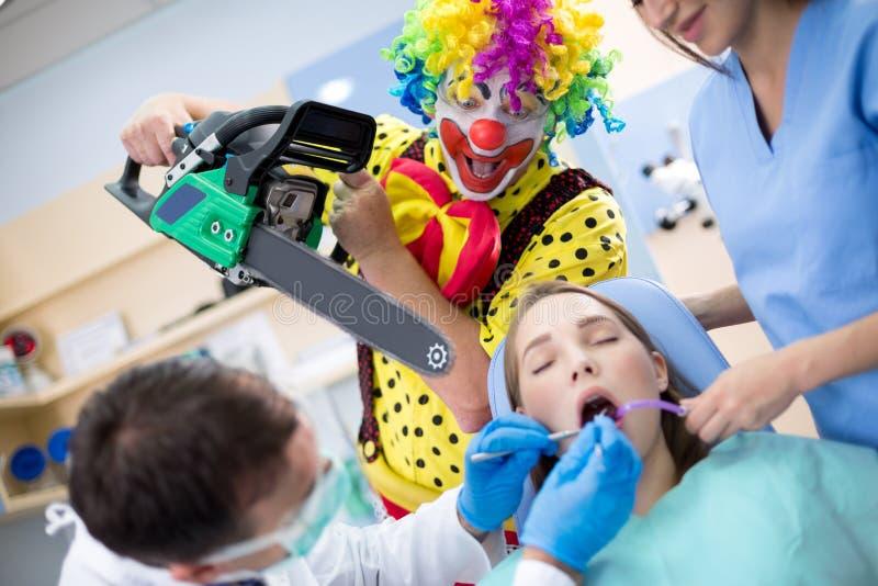 Spexa från fasa med chainsawen i tand- klinik arkivbilder
