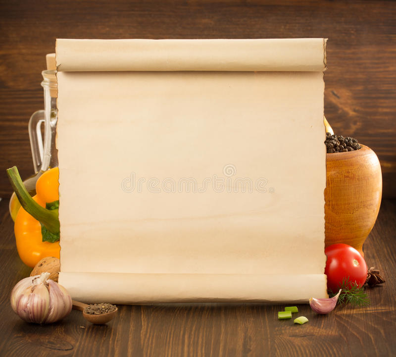 Spezia dell'alimento e vecchia carta su legno fotografia stock