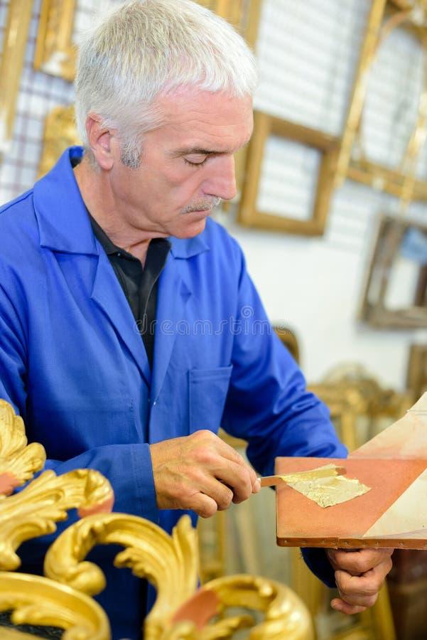 Spezialist, der Goldblatt verwendet stockbilder