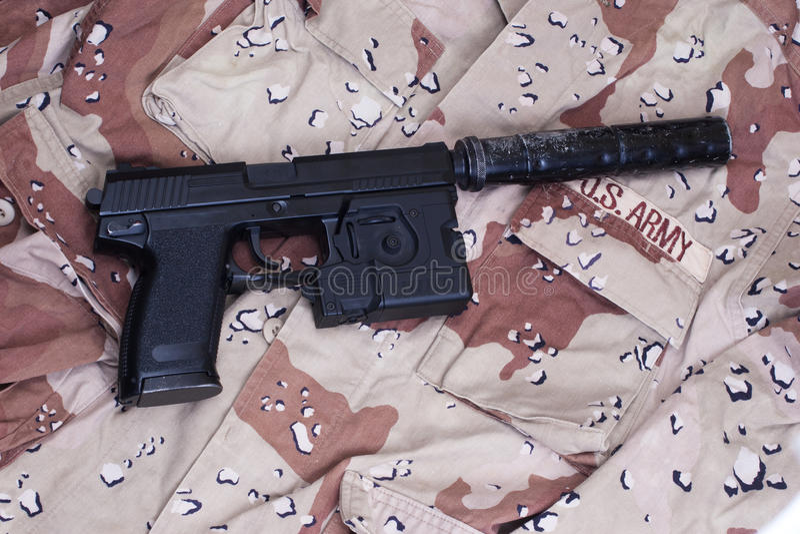 Spezialoperationpistole mit Schalldämpfer lizenzfreie stockbilder
