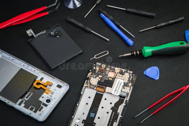 Spezialwerkzeuge für Reparatur des defekten Smartphone stockfotos