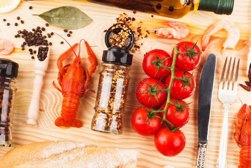 Spezie, argenteria fra i pomodori ciliegia e cancri fotografia stock libera da diritti