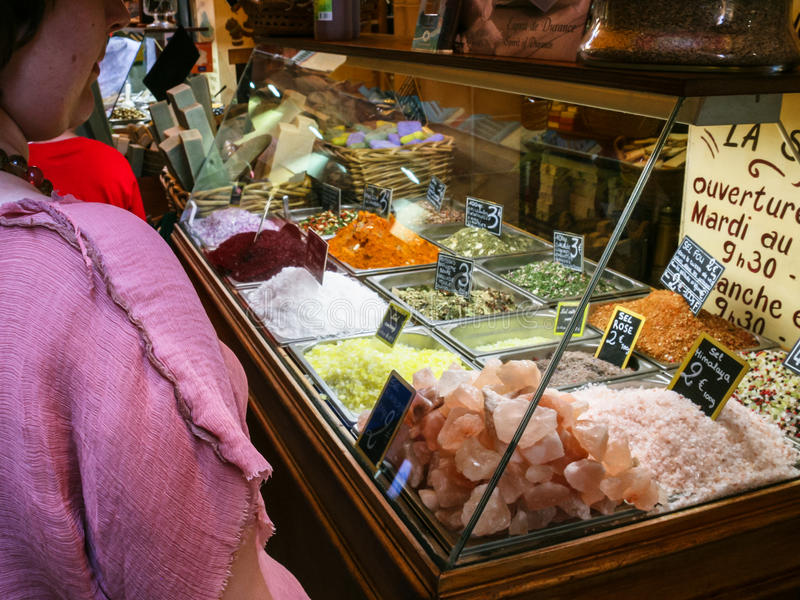 Spezie dell'affare della gente nel mercato all'aperto in Nizza fotografie stock