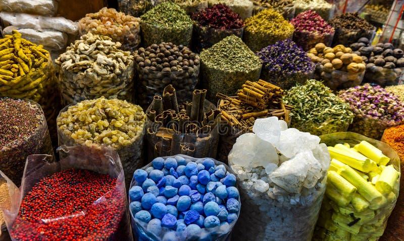 Spezie differenti variopinte nel souk del mercato della spezia nel vecchio Dubai fotografia stock