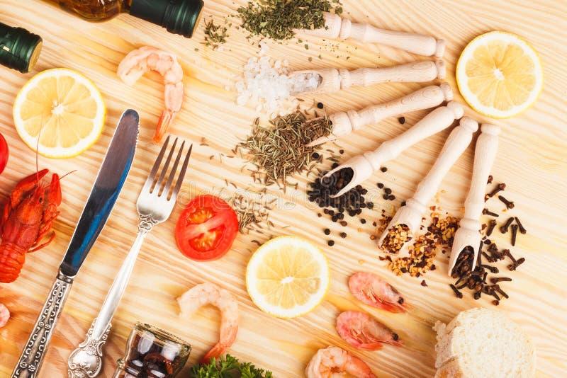 Spezie e argenteria differenti fra i prodotti alimentari differenti immagine stock libera da diritti