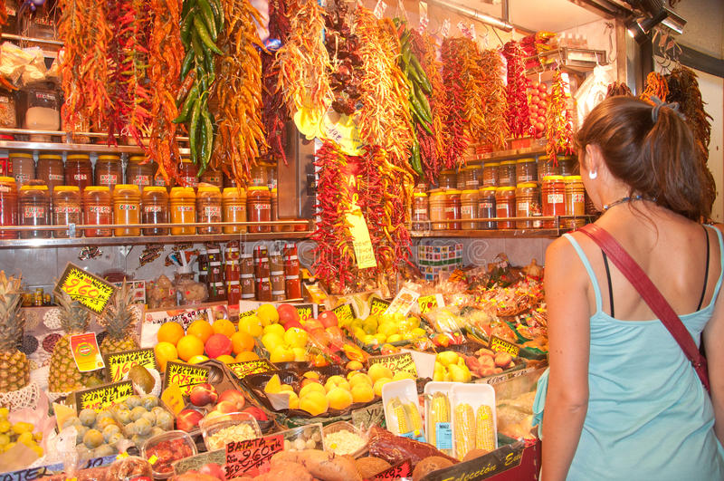 Spezie e verdure di acquisto della donna fotografie stock