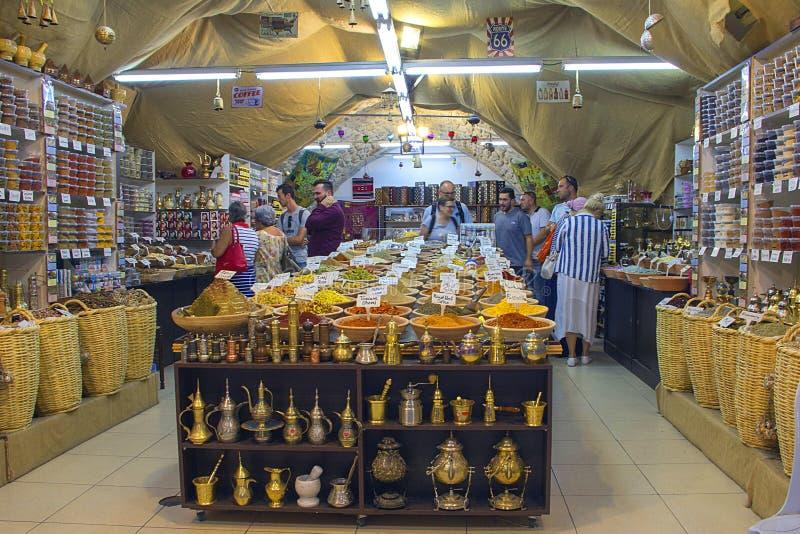Spezie ed erbe dell'affare della gente nel mercato arabo in Israele, Gerusalemme fotografia stock