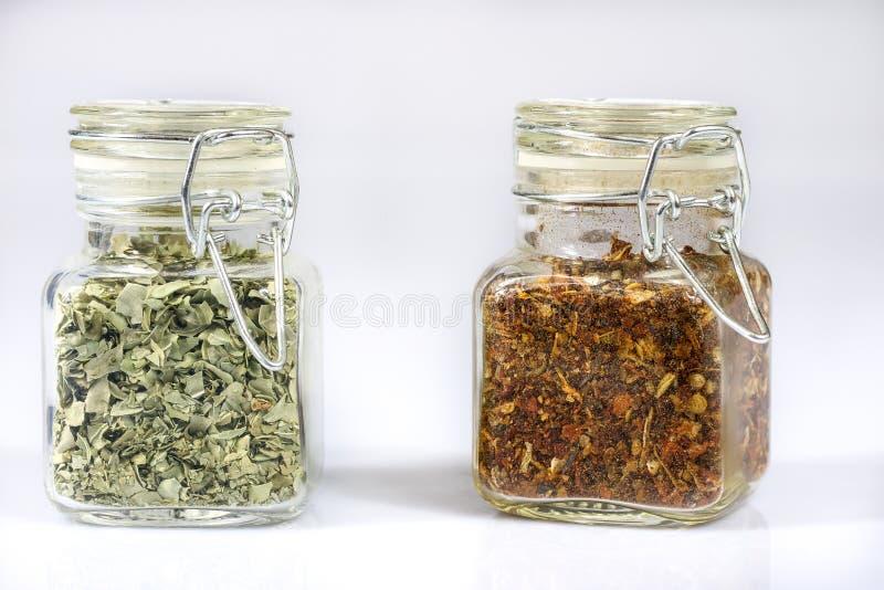 Spezie fragranti saporite in barattoli Dispensa con le spezie Backgro bianco immagini stock libere da diritti