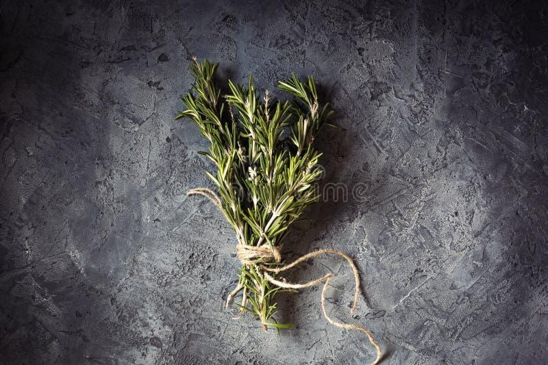 Spezie fresche dei rosmarini del mazzo del ramo fotografia stock