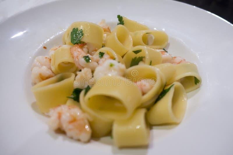 Spezie imburrate bianche del gamberetto della pasta italiana fotografia stock libera da diritti