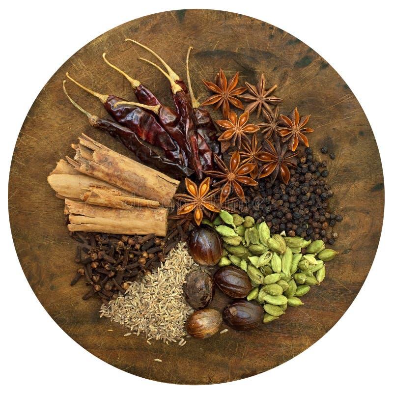 Spezie Mixed su un tagliere di legno fotografia stock
