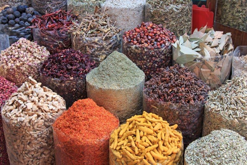 Spezie nel souk della spezia nel Dubai immagine stock libera da diritti