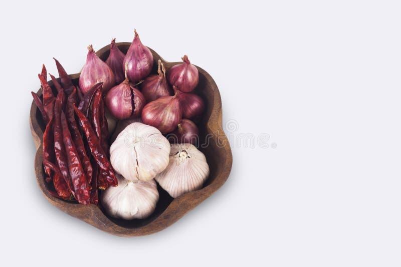 Spezie tailandesi sul piatto di legno Peperoncini rossi, scalogni ed aglio secchi immagini stock