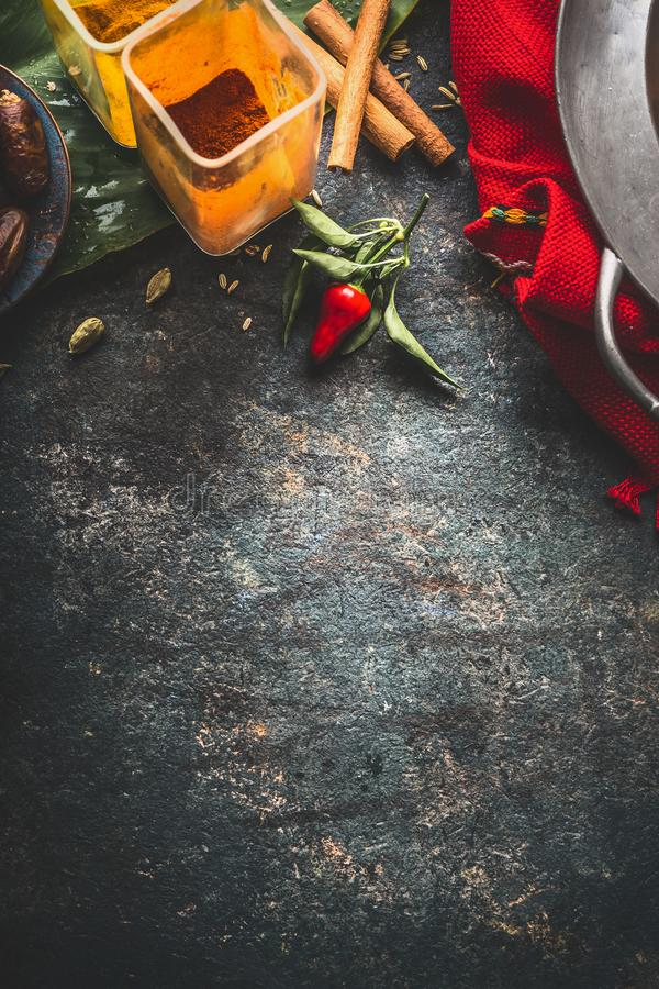 Spezie variopinte fondo, vista superiore Cucina asiatica, orientale o indiana fotografia stock