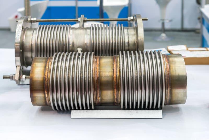 Speziell vom Edelstahlschlauch und -flansch für hohes und mittleres Temperatur- oder Drucksystem für industrielles auf Tabelle stockfoto
