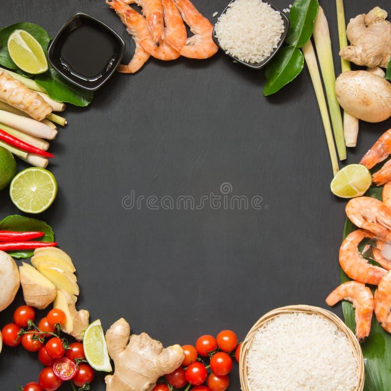 Spezielle Bestandteile für populären thailändischen würzigen Suppe Tom-yum kung Kalk, Galangal, roten Paprika, Kirschtomate, Lemo stockbild
