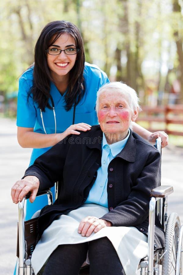 Spezielle Betreuungseinrichtung für die älteren Personen stockfotografie