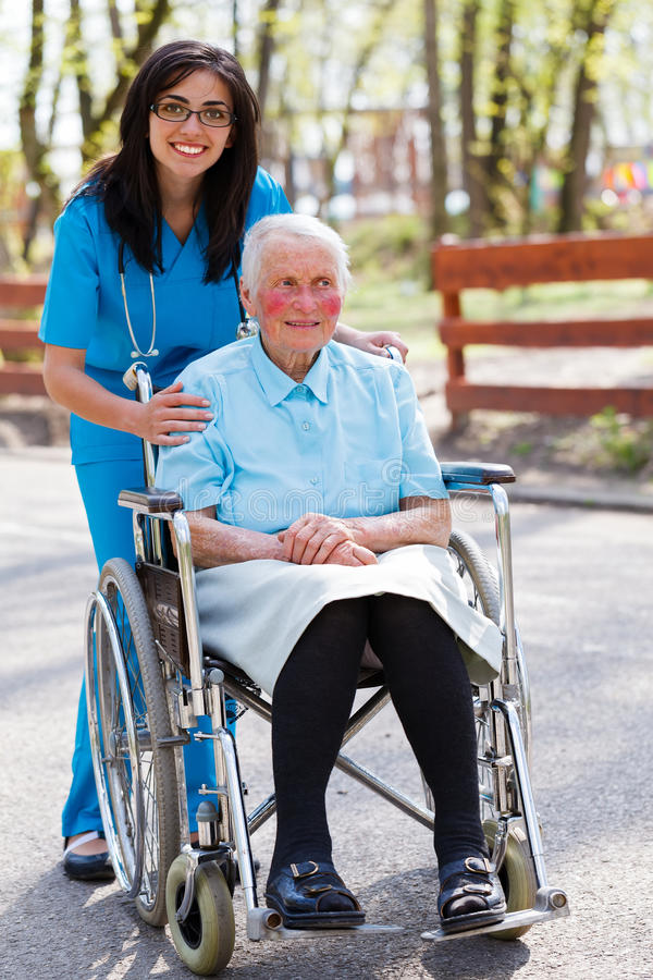 Spezielle Betreuungseinrichtung für die älteren Personen lizenzfreies stockbild