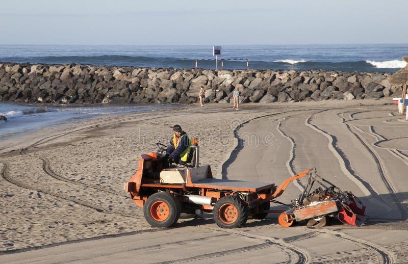 Spezielle Maschine siebt den Sand auf dem Strand stockfoto