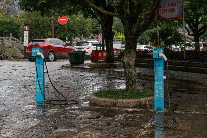 Spezielle Station für die Aufladung eines Elektroautos mit dem Stromkabel ist auf der Straße in der touristischen Stadt Yangshuo  lizenzfreie stockfotos