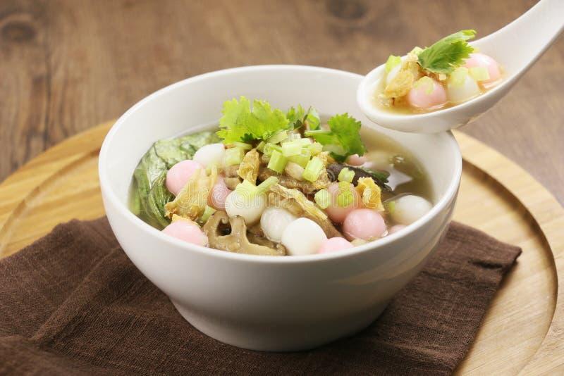 Spezielle Suppe des Reisballs und -pilzes in der weißen Platte auf hölzernem lizenzfreies stockbild