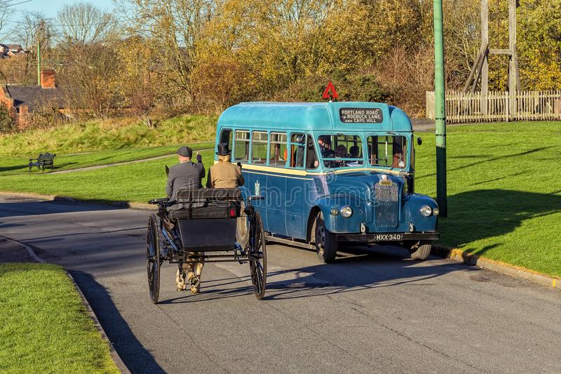 Spezieller Bus 1953 Kerl GS, der ein Pferd und eine Falle führt stockfotografie