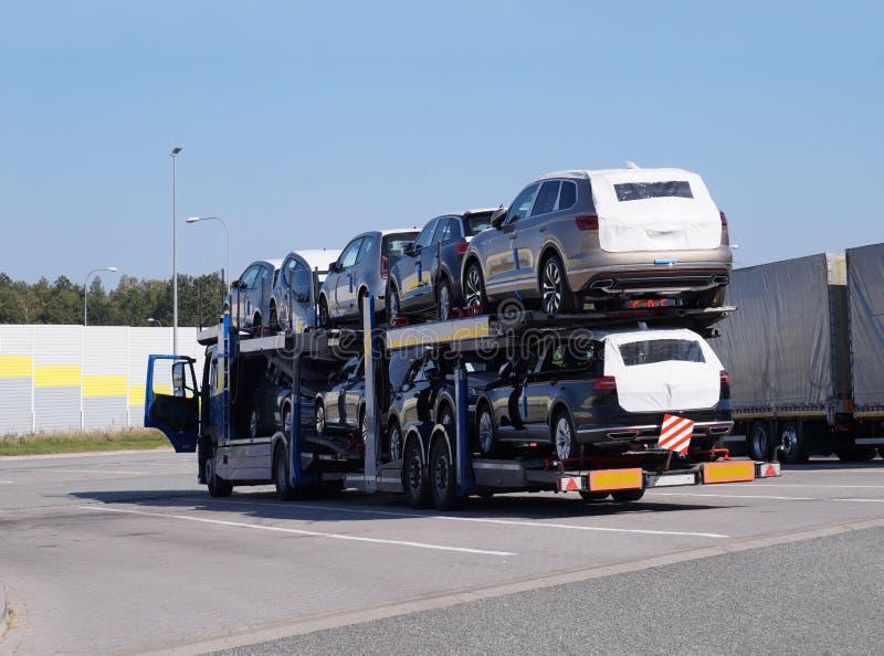 Spezieller LKW mit Transport von Neuwagen Stillstehen unterwegs lizenzfreie stockfotos