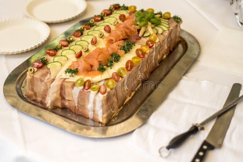Spezieller traditioneller Sandwichkuchen überlagert mit Schinken, Gemüse Käse und Soßen lizenzfreies stockfoto