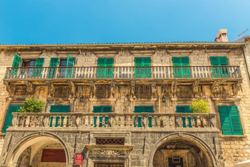Spezzetti il balcone forgiato del palazzo del secolo nella vecchia città, Cattaro, Montenegro di Pima XVII Ora c'è vario exhibiti fotografia stock