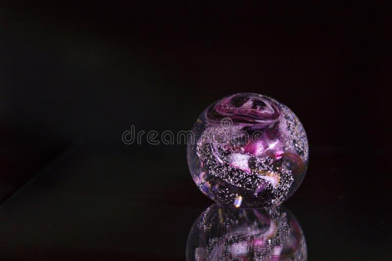 Sphère blanche rouge violette colorée sur le fond noir avec la réflexion en tant qu'objet curatif décoratif abstrait moderne images stock