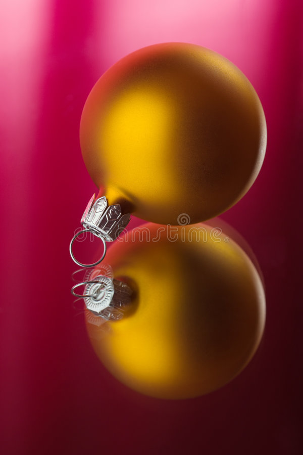 Sphère d'or photo stock