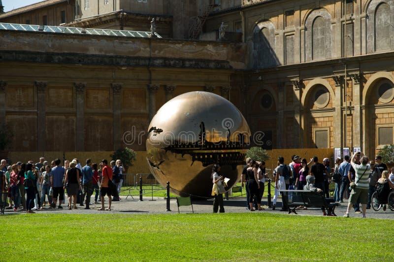 Sphère dans la sphère par le sculpteur Arnaldo Pomodoro photographie stock libre de droits