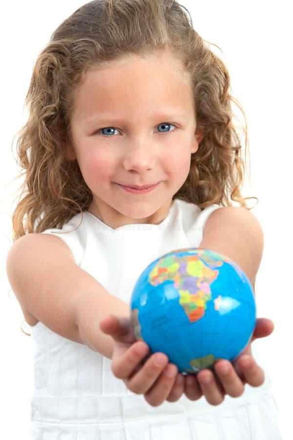 Sphère de la terre de fixation de jeune fille. image stock